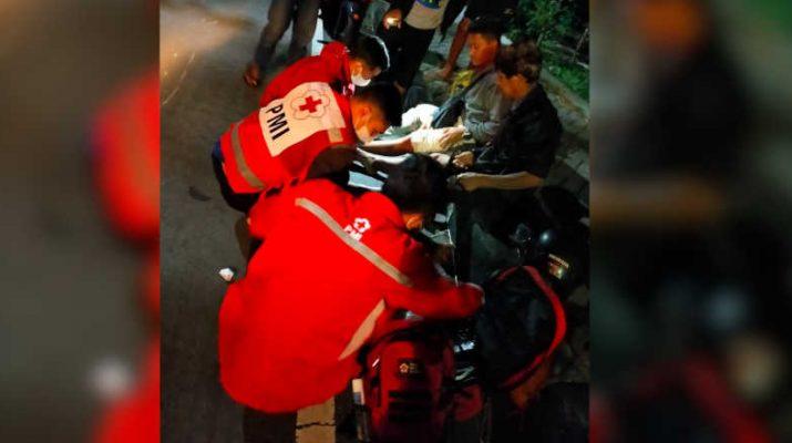 Petugas PMI lakukan Penyelamatan pada kecelakaan