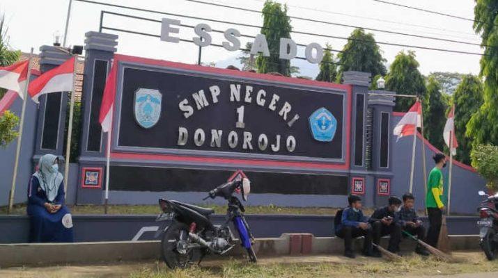 Depan Sekolah SMPN1 Donorojo essado
